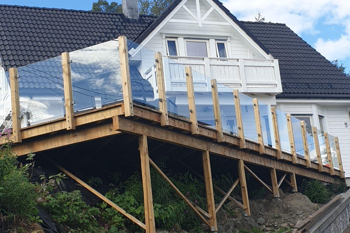 Selv om helsen ikke var god mestret vi sammen å lage terrasse denne sommeren